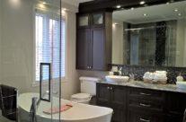 Salle de bains avec douche en céramique